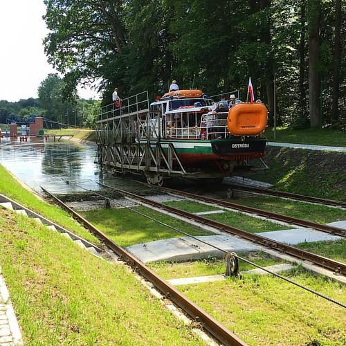 Gøy å kjøre kanalbåt på Elblag Kanal, - båten går like godt til vanns som til lands. 😎