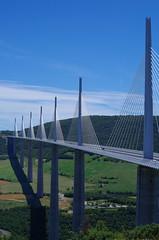 Viaduc de Millau (12) (FGuillou) Tags: sky france nature architecture montagne structure bleu route ciel autoroute francia blanc millau viaduc aveyron hauban