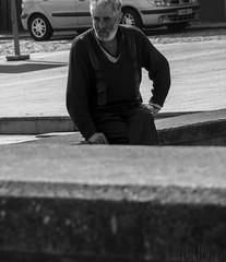 Cinco minutos bastan para soñar toda una vida (Nel Hanau) Tags: man hombre soledad streetphoto portrait retrato loneliness