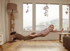 flying in the livingroom (dieeule.ch) Tags: flying levitation livingroom wohnzimmer fliegen