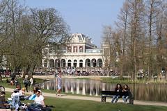 Vondelpark met paviljoen - Rokjesdag in Amsterdam (Bobtom Foto) Tags: amsterdam martin zomer lente vondelpark bril rokjesdag