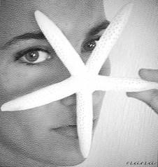De la piel de las estrellas de mar...... (nana <>) Tags: portrait bw woman texture textura blanco closeup mar eyes y starfish retrato negro ojos mirada ritratto estrella