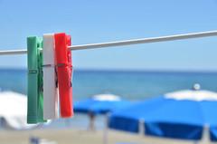 l'Italia appesa ad un filo... (romanato roberto) Tags: red sea italy sun white verde green beach sand nikon mare flag liguria clips 200 roberto 18 sole rosso ombrelloni bianco spiaggia vr filo sabbia bandiera mollette alassio vr2 d7000 romanato