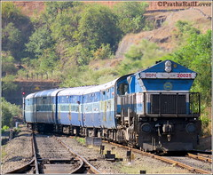 Mandovi Express with UBL WDP4 at Nivasar (PrathzRailLover) Tags: tunnel trains railways konkan ratnagiri indianrailways railfanning irfca 10103 konkanrailway lhf wdp4 mandoviexpress ublwdp4 nivasar