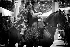 Instantnea de la Feria de Mayo (Fotgrafo-robby25) Tags: espaa byn caballos gente alicante lugares torrevieja feriademayo faunayflora canoneos5dmarkii canonef70200mm14x instantneasdeposadosyrobados