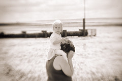 mummy's shoulders (Simon in Southend) Tags: uk family sea england sky people bw blur cute girl monochrome beautiful youth lensbaby analog out star mono coast seaside focus toddler infant europe pretty child mud bend little bokeh shaped sony tide small creative young eu coastal nik shoulders mummy alpha seafront custom shape essex lensbabies southend composer petit selective southendonsea pro2 efex emount seeinanewway ilce6000 ilcea6000 bremain ivotedtostayineu