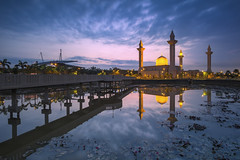 Tengku Ampuan Jemaah Mosque (gilbertchuachian_siong) Tags: morning travel bridge light lake reflection building tourism water architecture sunrise landscape photography asia outdoor dusk sony muslim mosque structure malaysia infrastructure destination interest aasia masjid selangor shahalam nisi samyang bukitjelutong ilce6000