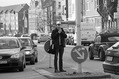 Fußgängerübergang 3 BW (Rüdiger Stehn) Tags: 2015 europa mitteleuropa deutschland germany norddeutschland schleswigholstein winter stadt bauwerk profanbau leute menschen strase schwarzweis bw blackandwhite blackwhite 2000er monochrom gebäude canoneos550d rüdigerstehn kiel