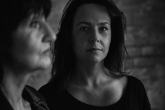 Mutter & Tochter (Klasil55) Tags: ernst augen mutter blick schwarz tochter weis