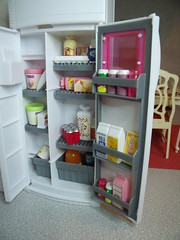 LaurenLand House 4 of 5 (suekulec) Tags: kitchen fridge barbie gloria filled 16 diorama playscale