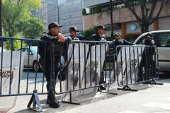 Seguridad en el monumento por la capilla sixtina. (Adrian Tenorio -Foto-) Tags: capillasixtina revolucin seor exposicin barreras soleado policias plazadelarepublica cdmx controldeseguridad