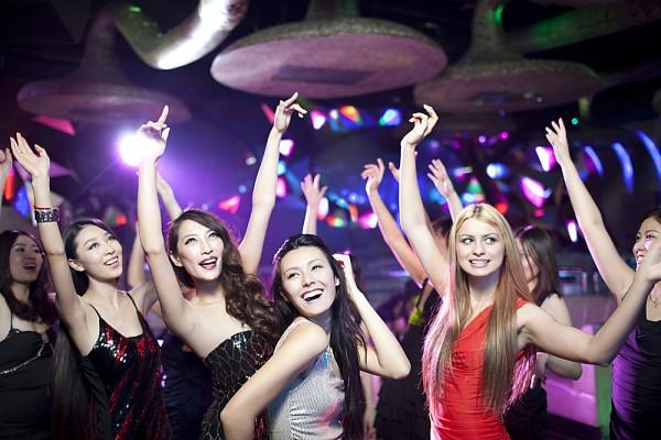 3không khí tại các quán bar thoát y sẽ khiến bạn dễ dàng mất tự chủ