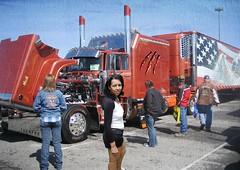 Pas mal le camion... (photophil16) Tags: girls sexy public truck mini camion jupe extrieur amrique salope