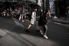Les fuyantes (www.danbouteiller.com) Tags: street city girls urban streets japan canon de eos japanese tokyo photo streetlife streetscene harajuku 5d canon5d rue japon ville filles japonais streetshot photoderue 14mm japonaise samyang 5d2 5dmk2 samyang14mm