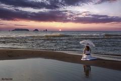 Mirant al mar (Trumfa) Tags: sea girl beauty mar pretty chica none guapa costabrava noia medes empordà goladelter ombrel·la