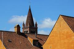 Copenague - Copenhagen (Alvaro Lovazzano) Tags: canon copenhague viaje2014 t3i viaje techo roof tetto torre tower terracota chimenea chimney focolare azul cielo sky nube nuvole clouds dinamarca denmark danimarca copenhagen