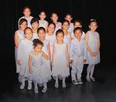 Nios de Blanco (Honduras (504)) Tags: fotomaxhonduras honduras centroamerica niosdehonduras nios niosynias teatromanuelbonilla imgenescatrachas gentedehonduras blanco fotodegrupo angelitos inocencia