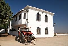 Hacienda Manchega (i.puebla) Tags: windows espaa house tractor building casa spain nikon village edificio pueblo ventanas campo ciudadreal d60 criptana campodecriptana