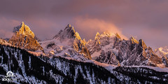 Coucher de soleil ros sur les Aiguilles de Chamonix. (Jool CHX) Tags: montagne glacier neige nuage chamonix foret coucherdesoleil glace aiguillesdechamonix aiguilleduplan chainedumontblanc grandscharmoz aiguilledeblaitire 7dmarkii