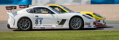 Tom Hibbert up the inside, Ginetta GT4 Supercup