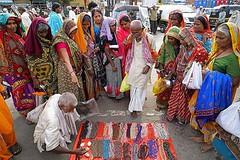 Street shopping in progress during #Kumbhmela... (Dheeraj Paul Fotografie) Tags: zeiss nashik kumbhmela sonyalpha uploaded:by=flickstagram indianphototours a7rm2 instagram:photo=1089878739046595873254417014