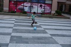 DSC_6360 (ppeng@yahoo) Tags: boy baby ball 50mm nikon play 50mmf14d d810