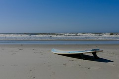 Surfbrett am Strand ([Sascha]) Tags: sea beach strand meer northsea surfboard nordsee surfbrett fz1000