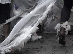 Zinneke Parade - 4 - Le bal des anges (_ Adle _) Tags: costumes bruxelles rue pieds anges jambes pavs 2016 voiles zinnekeparade