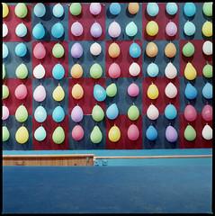 Neuköllner Maientage 2016 (Luftballons) (Konrad Winkler) Tags: 6x6 kirmes farben luftballons mittelformat hasselblad503cx maientage schiesstand kodakektar100 epsonv800