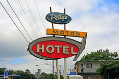 Petty's Motor Hotel (Rob Sneed) Tags: texas lufkin easttexas us59 pettysmotorhotel neon vintage arrow advertising motel motorhotel pineywoods usa retro ntimberlanddrive midcentury