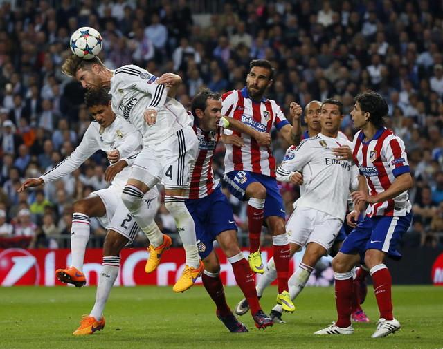 El defensa del Real Madrid Sergio Ramos cabecea el balón