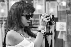 17h42... (Periades) Tags: street blackandwhite bw girl glasses blackwhite noir streetphotography et fille blanc photographe potographer steethuman