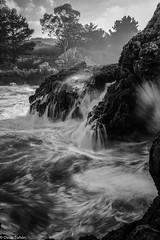 Calima y mar revuelto en La Huelga. (Oscar de Tuon) Tags: sea bw espaa 35mm canon landscape oscar spain rocks sigma asturias playa paisaje rage rocas haida huelga agitado cokin hontoria tuon zpro 5dmarkiii