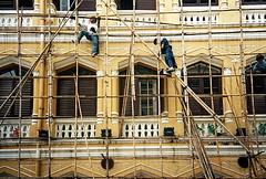 19960900 Bangkok Huser Menschen Arbeit (1.2) (j.ardin) Tags: work thailand trabajo scaffolding bangkok labor menatwork esqueleto travail labour scaffold activity job arbeit processed praca chafaudage gerst krungthep  labeur menschenbeiderarbeit bambusgerst
