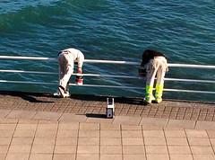 Paentio'r rheilin, Aberystwyth (Rhisiart Hincks) Tags: wales fence painting coast seaside cymru côte gales aberystwyth painter ceredigion workman galles ffens arfordir aod kembre glanymôr walia paysdegalles anbhreatainbheag galesherria velsa kimrio langile kembra ウェールズ feans velsas 威爾士 kostalde ουαλία ويلز уэльс argaeenn уельс gweithiwr micherour a'chuimrigh uells feansa