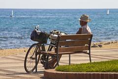 Bicicleta y tranquilidad (KARNATION) Tags: karnation mar mer sea bike bicicleta bicicle veleros paz peace sosiego tranquilidad calma calm bench banco martima horizonte azul blue blau