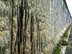 Iron Curtain (Don César) Tags: city berlin muro wall germany deutschland ciudad alemania split division boundary frontera grenze topographyofterror topographiedesterrors niederkirchnerstrasse varillas