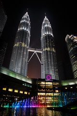 Petronas Towers (Philipp Schmidbauer) Tags: hochhaus kualalumpur malaysia petronas petronastowers skyscreeper towers turm wolkenkratzer dslr 6d canon tamron travel backpacking asia southeast downtown night light