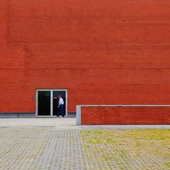 Gondomar (Roberto Alarcon) Tags: naranja orange brick ladrillo verde green hierba grass hombre man puerta door suelo floor geometra geometry minimal minimalistic robertoalarcon d610 nikon texture