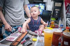 左手筆,右手算盤,好一個精算師 (kivx) Tags: baby girl sony daughter za α7 ilce7 fe1635 sel1635z