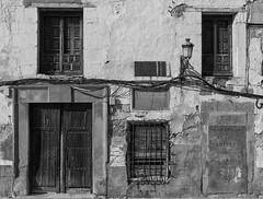 Vieja casa en Orgaz (Eduardo Estllez) Tags: espaa blancoynegro horizontal ventana monocromo casa puerta vieja ruina antigua toledo historia cura abandono nadie castillalamancha orgaz graneros obsoleto donacion destartalado eduardoestellez estellez