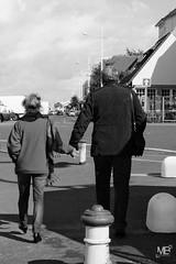 Courseulles-sur-Mer vers le manege NKSEp LM8 1000775 (mich53 - Thanks for 2700000 Views!) Tags: street sky urban bw sunlight france monochrome clouds couple promenade normandie urbain courseullessurmer leicam8 tlmtre elmaritm28mmf28asph silverefexpro2