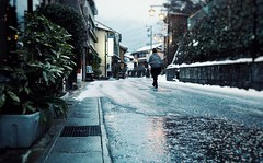 Walking in Gero in Winter (Jon-F, themachine) Tags: trip travel winter vacation people snow japan walking asian asia crowd sightseeing olympus gero  trips nippon japo traveling oriental orient fareast   gifu    nihon omd hida  japn 2016     m43  mft    gifuken     geroonsen mirrorless   micro43 microfourthirds  ft xapn jonfu   mirrorlesscamera snapseed   em5ii em5markii