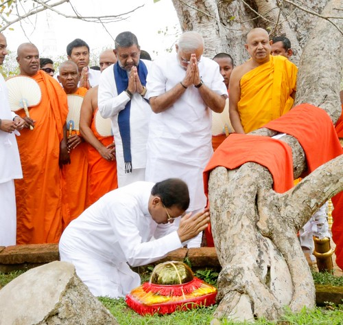 The President and Indian PM Worship Sri Maha Bodhi