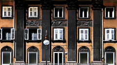 Triest / Italie (jo.misere) Tags: triest italie outdoor gevel bruin geel ornamenten kunst bilnden blinds lamp