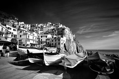 they lie in waiting (paddy_bb) Tags: italien sea bw italy seascape water boat harbour cinqueterre hafen manarola 2016 ligurien nikond5300 paddybb