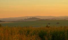 Die Burg in der Ferne (isajachevalier) Tags: licht sachsen landschaft sonnenaufgang burg stolpen