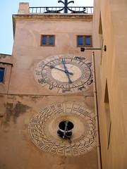 Voir passer le temps....... (LILI 296....) Tags: two tour duo deux horloge trapani pendule sicile croisiredefrance canonpowershotg16