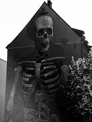 Grateful death Aryz Cologne (marc.fray) Tags: streetart rose germany skeleton death mort cologne kln nrw tod allemagne koeln nordrheinwestfalen totenkopf fresque hautdeforme skelett zylinder squelette ttedemort altstadtsd rhnaniedunordwestphalie aryz mauermalerei klnersdstadt abgemagert ambayenturm cityleaks cityleaksurbanartfestival gratefuldeath bayenstrasse cityleaksurbanartfestivalkln2013 cityleaksurbanartfestivalkln eckeseverinswallbayenstrase