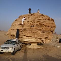اثناء ارتقائنا لأحد الصخور في صحراء عردة وهي أحد الصخور المنفلقة العجيبة.  #رحال_الخبر #وائل_الدغفق